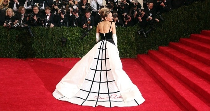 Sarah-Jessica-who-wore-a-Oscar-de-la-Renta-monochrome-gown